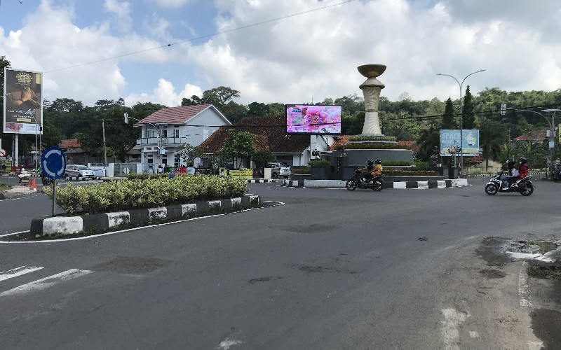 Suasana arus lalu lintas dan aktivitas masyarakat di wilayah perkotaan Kabupaten Kuningan, Jawa Barat, pada hari kedua Idulfitri, Senin (25/4/2020), tampak lengang. - Bisnis/Hakim Baihaqi