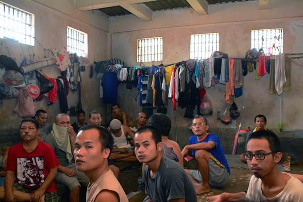 Sejumlah narapidana berada di dalam Rumah Tahanan Klas IIB Kota Pekanbaru, Riau, Minggu (7/5). Kementerian Hukum dan HAM memerintahkan perbaikan sistem dalam rutan dan lembaga pemasyarakat, serta meminta Polri mengusut dugaan pungutan liar di Rutan Pekanbaru. - Antara