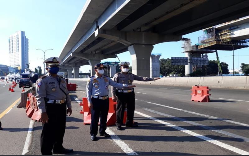Polda Metro Jaya terus memantau pergerakan para pengendara yang keluar-masuk DKI Jakarta di pos-pos atau check point  terkait PSBB. - Twitter @tmcpoldametrojaya