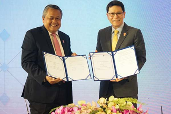 Gubernur Bank Indonesia Perry Warjiyo dan Gubernur Bank of Thailand, Veerathai Santiprabhob menandatangani nota kesepahaman mengenai kemitraan dalam bidang sistem pembayaran, inovasi keuangan, dan antipencucian uang serta pencegahan pendanaan terorisme. Penandatanganan MoU tersebut dilakukan di tengah rangkaian pertemuan Gubernur Bank Sentral se-ASEAN di Chiang Rai, Thailand, Kamis (4/4/2019). (Bisnis - Istimewa)