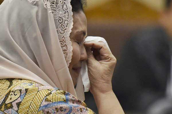 Terdakwa kasus korupsi alat kesehatan Siti Fadilah Supari menyeka air mata dalam sidang lanjutan di Pengadilan Tipikor, Jakarta, Rabu (7/6). - Antara/Puspa Perwitasari