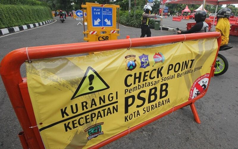 Petugas melakukan penyekatan di pos pemeriksaan Bundaran Waru, Surabaya, Jawa Timur, Senin (25/5/2020). - Antara/Didik Suhartono