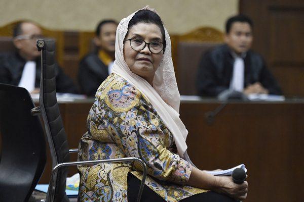 Terdakwa kasus korupsi alat kesehatan Siti Fadilah Supari berdiskusi dengan penasehat hukum saat jeda sidang lanjutan di Pengadilan Tipikor, Jakarta, Rabu (7/6). - Antara/Puspa Perwitasari