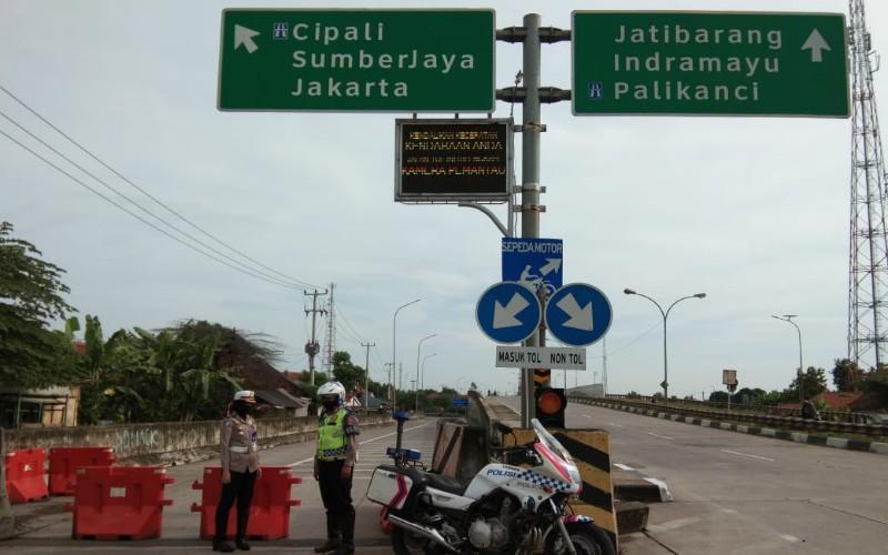 Polresta Cirebon menutup akses tol menuju Jakarta - Bisnis/Hakim Baihaqi