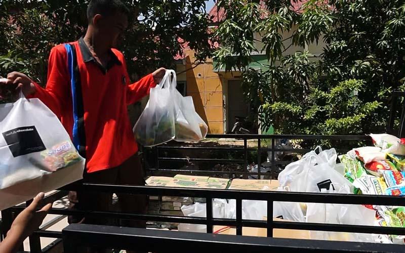 Komunitas Kembara saat membagikan bantuan kepada masyarakat pesisir Kota Batam. - Bisnis/Bobi Bani