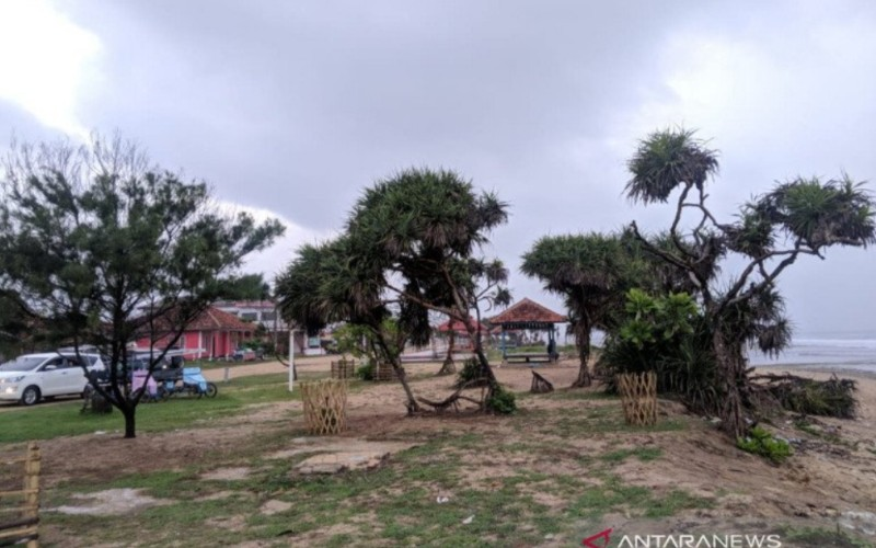 Suasana objek wisata Pantai Sayang Heulang di Kabupaten Garut, Jawa Barat. - Antara