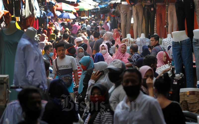 Warga memadati kawasan pedagang kaki lima di Pasar Tanah Abang saat penerapan pembatasan sosial berskala besar (PSBB) di Jakarta, Minggu (17/5/2020). Meski pertokoan di Pasar Tanah Abang tutup karena PSBB, menjelang Lebaran, kawasan tersebut dipadati pedagang kaki lima yang berada di gang-gang dekat pasar. - Bisnis/Himawan L Nugraha