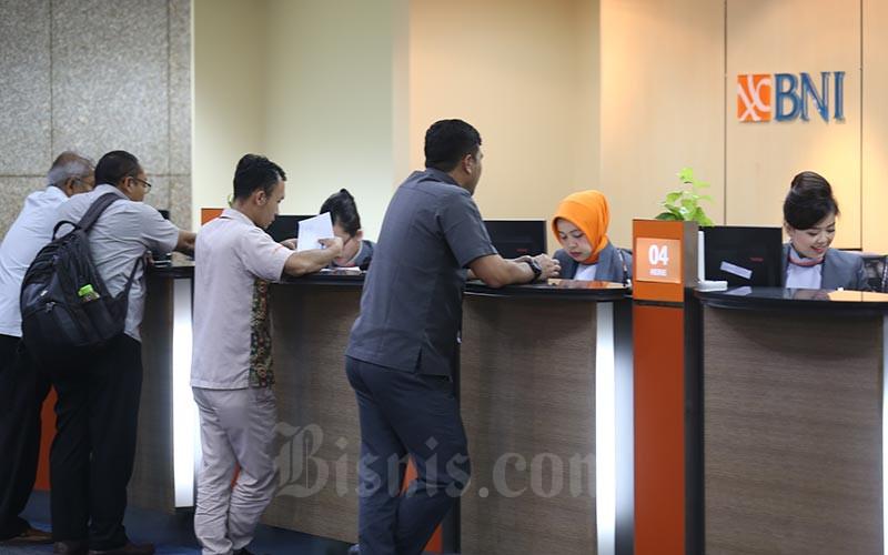 Aktivitas karyawati di salah satu kantor cabang PT Bank Negara Indonesia (Persero) Tbk di Jakarta, Kamis (11/6). Bisnis - Nurul Hidayat