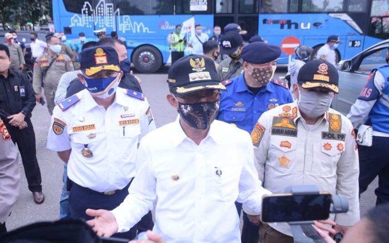 Walikota Palembang Harnojoyo (tengah) memberikan keterangan terkait PSBB kepada awak media. istimewa