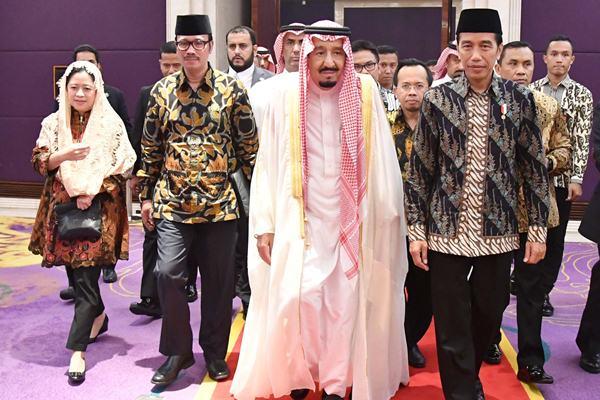 Ilustrasi-Presiden Joko Widodo (kanan) bersama Raja Salman bin Abdulaziz Al-Saud (kedua kanan), Menko PMK saat itu Puan Maharani (kiri) dan Duta Besar Indonesia untuk Arab Saudi Agus Maftuh (kedua kiri) menghadiri pertemuan dan dialog dengan 28 tokoh lintas agama di Jakarta, Jumat (3/3). - Setpres/Laily Rachev