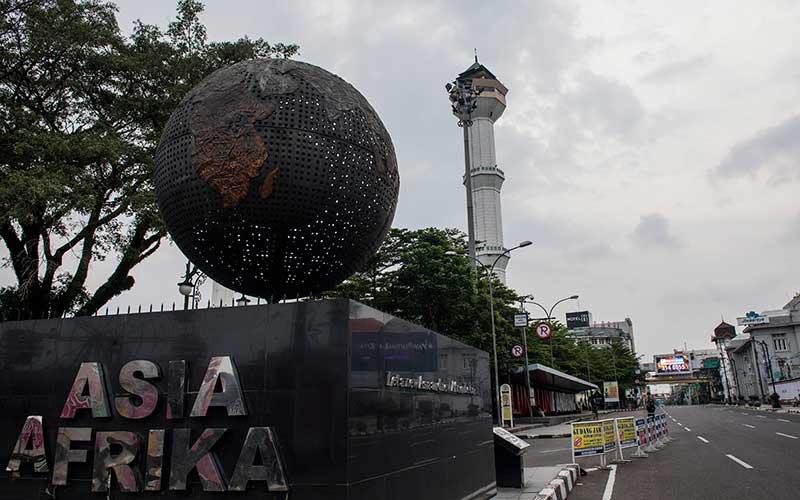 Suasana alun-alun kota Bandung saat Pembatasan Sosial Berskala Besar (PSBB) di Bandung, Jawa Barat, Sabtu (18/4/2020). ANTARA FOTO - M Agung Rajasa