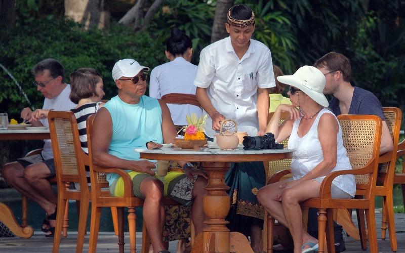 Pegawai hotel melayani wisatawan di kawasan Sanur, Denpasar, Bali, Selasa (3/3/2020). Tingkat hunian hotel di Bali rata-rata turun hingga 70 persen sejak merebaknya wabah virus corona. - ANTARA FOTO/Nyoman Hendra Wibowo
