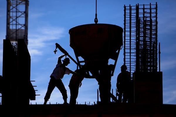 Ilustrasi Pekerja menyelesaikan pembangunan proyek properti. - Bloomberg/Ben Nelms
