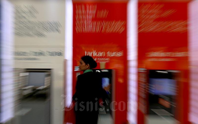 Nasabah bertransaksi di mesin Anjungan Tunai Mandiri (ATM) milik Bank Negara Indonesia (BNI) di Jakarta, Kamis (11/6). Bisnis - Nurul Hidayat