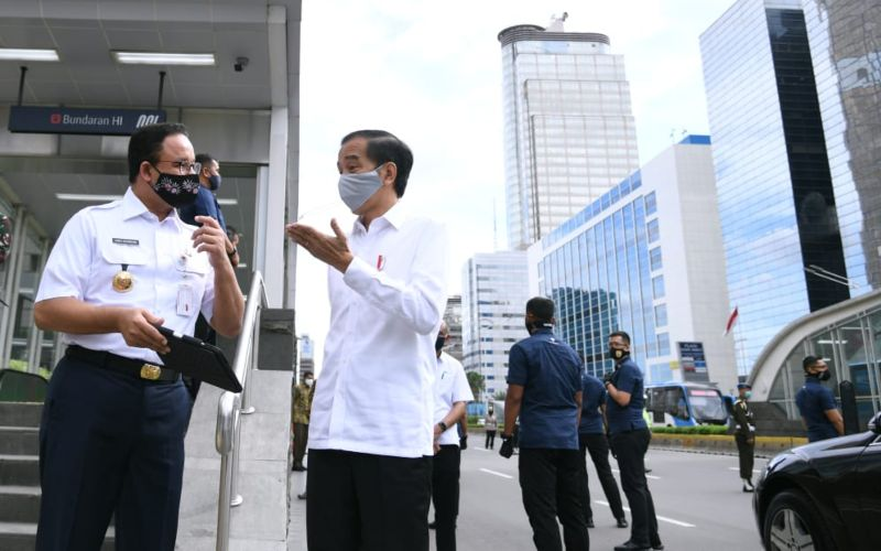 Presiden Joko Widodo berbincang dengan Gubernur Anies Baswedan usai meninjau kesiapan fasilitas umum di Stasiun Mass Rapid Transit (MRT) Bundaran Hotel Indonesia, Jakarta, Selasa (26/5 - 2020) / Biro Pers Media Istana.