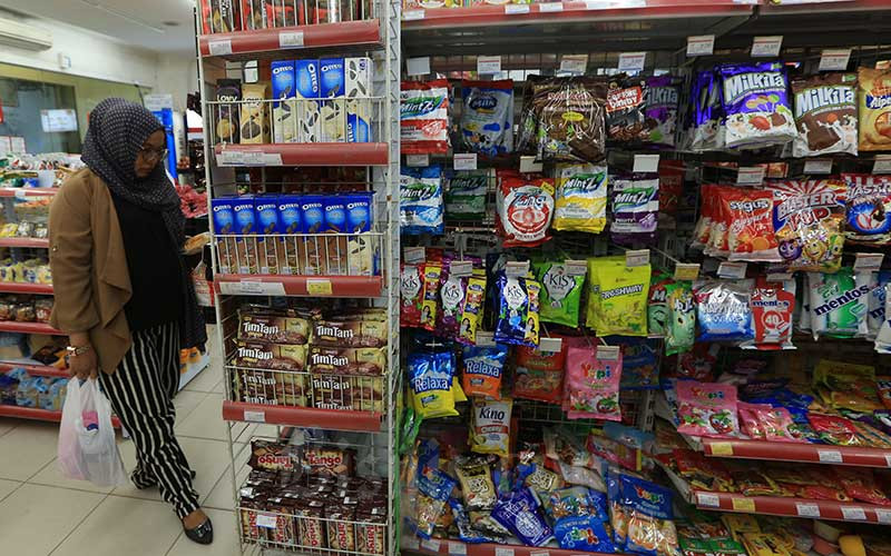 Calon pembeli memilih makanan di salah satu minimarket di Jakarta.