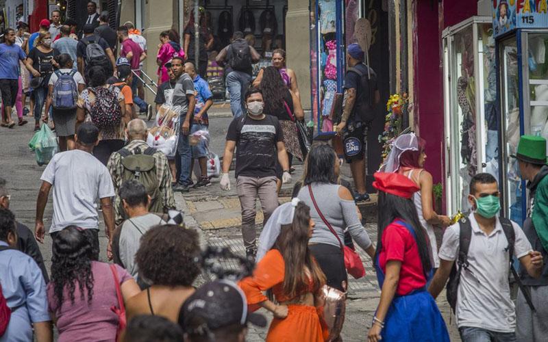 Warga Sao Paulo, Brasil, mengenakan masker di keramaian untuk mengurangi risiko penularan virus corona Covid-19 pada 19 Maret 2020./Bloomberg - Rodrigo Capote