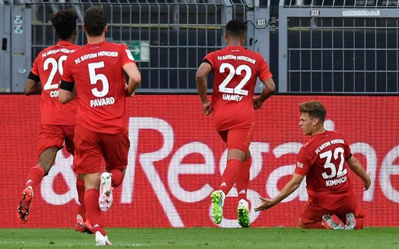 Pemain Bayern Munchen Joshua Kimmich (kanan) merayakan golnya ke gawang gawang Borussia Dortmund. - Bundesliga.com