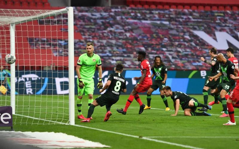Bek Wolfsburg Marin Pongracik (terjatuh) menyundul bola masuk gawang Bayer Leverkusen untuk mencetak gol pertama. - Bundesliga.com