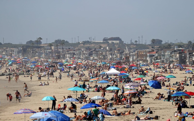 Masyarakat berjemur di salah satu pantai di Pantai New Port, California, Amerika Serikat, Senin (25/5/2020). -  Guardian.com via Getty Image.