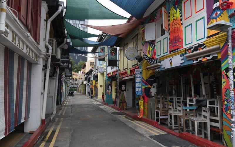 Toko dan bar di Haji Lane Singapura pada 7 April 2020 tutup karena penerapan lockdown parsial./Bloomberg - Wei Leng Tay