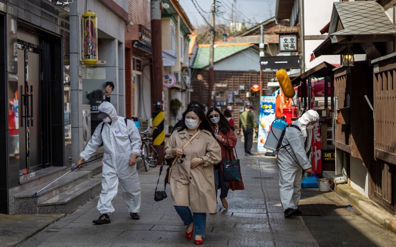 Suasana penyemprotan di jalan Kota Pohang, Korea Selatan - Bloomberg /SeongJoon Cho