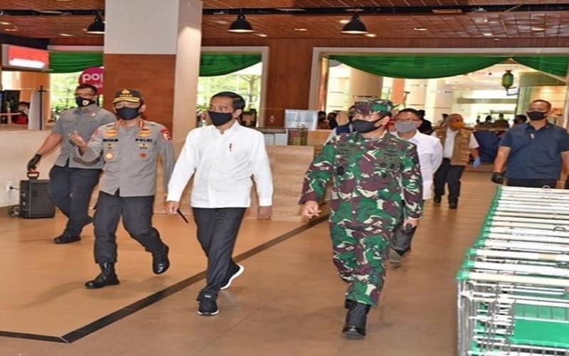 Presiden Joko Widodo memantau persiapan menghadapi new normal di Sumarecon Mall Bekasi, Kota Bekasi, Selasa (26/5/2020). - Instagram@jokowi