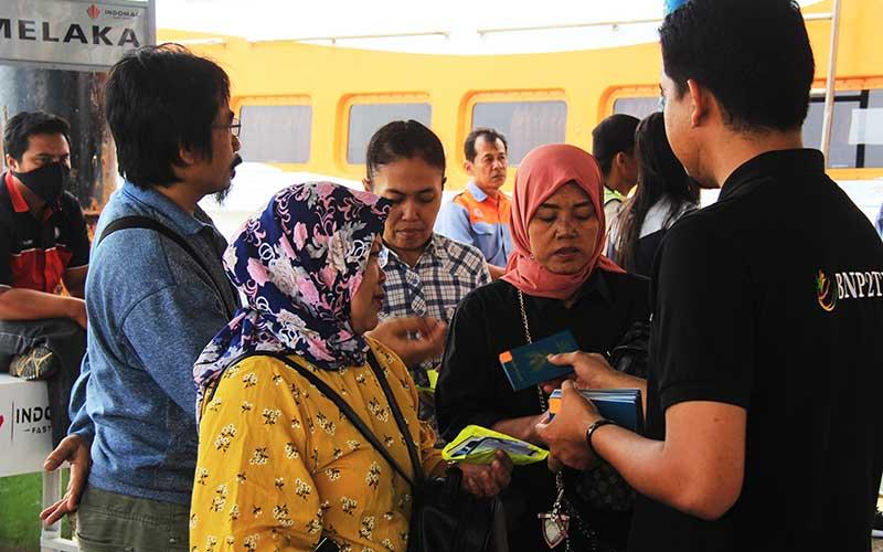 Ilustrasi-Petugas perlindungan tenaga kerja (kanan) mendampingi sejumlah pekerja migran yang dideportasi dari Malaysia di Pelabuhan Internasional PT Pelindo I Dumai di Dumai, Riau, Sabtu (7/3/2020). - ANTARA/Aswaddy Hamid