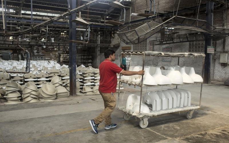 Karyawan pabrik toilet di HSIL Ltd, India (2018). Bloomberg -  Udit Kulshrestha.