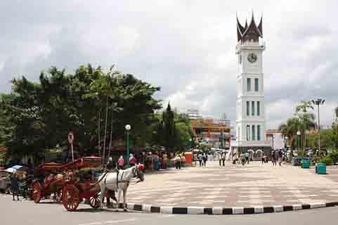 Jam Gadang, menjadi salah satu objek wisata di Kota Bukittinggi yang biasanya ramai dikunjungi oleh wisatawan lokal dan mancanegara.