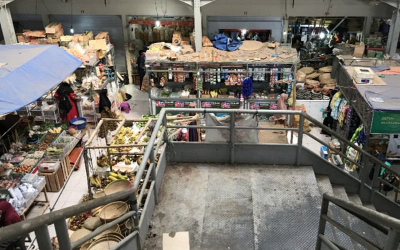 Aktivitas perbelanjaan di Pasar Sumber, Kabupaten Cirebon, Jawa Barat. - Bisnis/Hakim Baihaqi