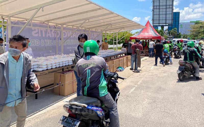 Pembagian 1.000 nasi kotak kepada pengemudi ojek online di Kota Batam, Kamis 92/4/2020). - Bisnis/Bobi Bani