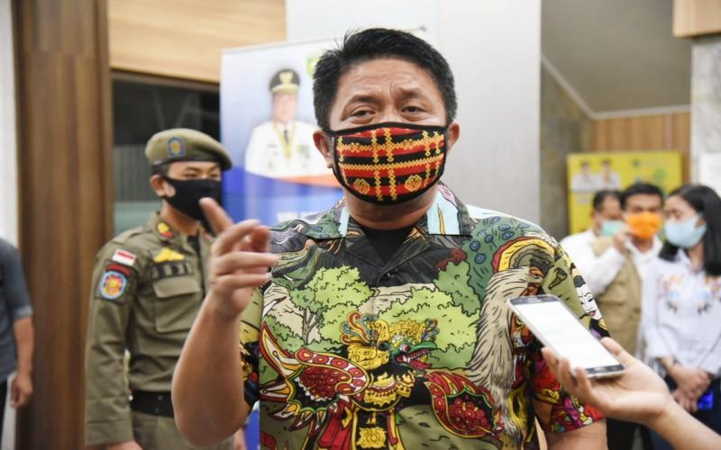 Gubernur Sumsel Herman Deru mengenakan masker produksi UMKM di daerah itu. - istimewa