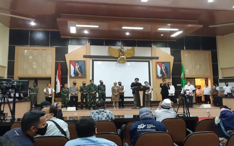Pemprov Sumsel bersama Pemkot Palembang dan Pemkot Prabumulih menggelar jumpa pers terkait penerapan PSBB di Kota palembang dan Prabumulih. Bisnis - dinda wulandari