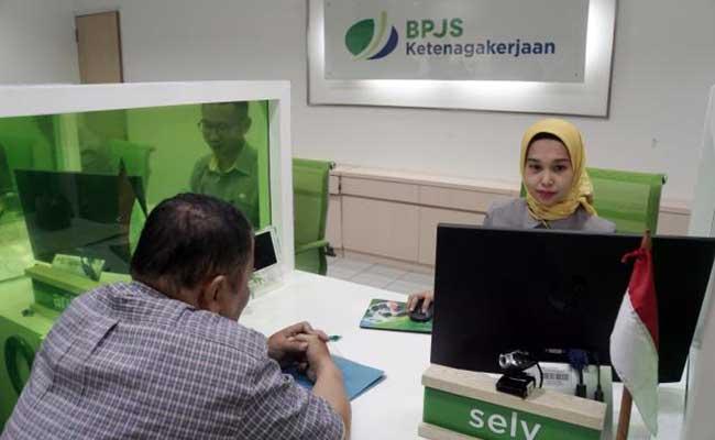 Karyawan melayani nasabah di salah satu kantor cabang BPJS Ketenagakerjaan/BP Jamsostek di Jakarta. Bisnis - Himawan L Nugraha