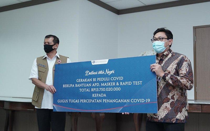 Bank Indonesia (BI) menyerahkan bantuan bagiGugus Tugas Percepatan Penanganan Covid-19 untuk mendukung penanganan kesehatan pandemi Covid-19, Rabu (27/5/2020) -  Bank Indonesia