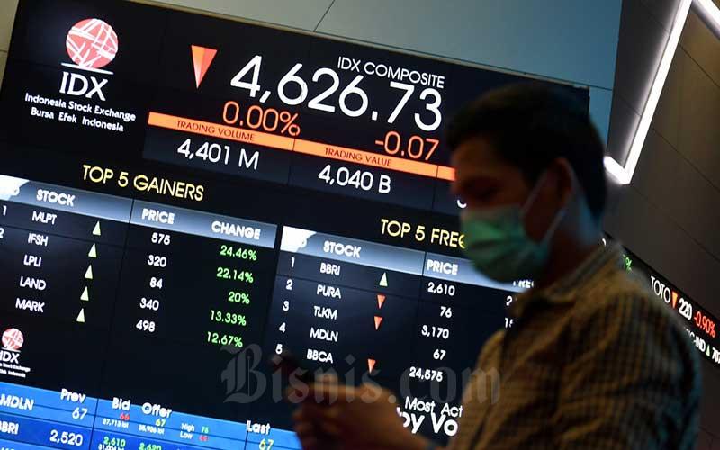 Pengunjung berada di dekat layar monitor perdagangan Indeks Saham Gabungan (IHSG) di Bursa Efek Indonesia, Jakarta, Rabu (27/7/2020). - Bisnis/Abdurachman