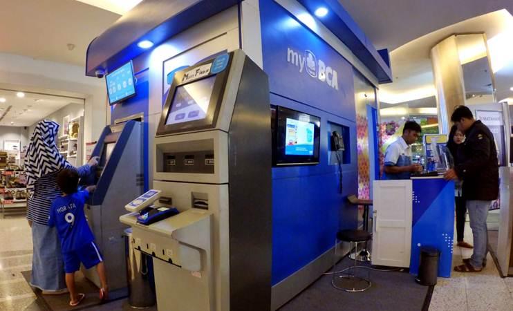 Nasabah melakukan transaksi perbankan di myBCA di Bandung, Jawa Barat, Kamis (14/3/2019). - Bisnis/Rachman