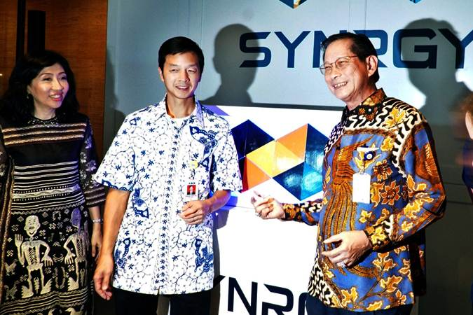 Presiden Direktur PT Bank Central Asia Tbk Jahja Setiaatmadja (dari kanan), Wakil Presiden Direktur Armand W. Hartono dan Direktur Vera Eve Lim berpose saat peluncuran SYNRGY, di Jakarta, Rabu (27/3/2019). - Bisnis/Nurul Hidayat