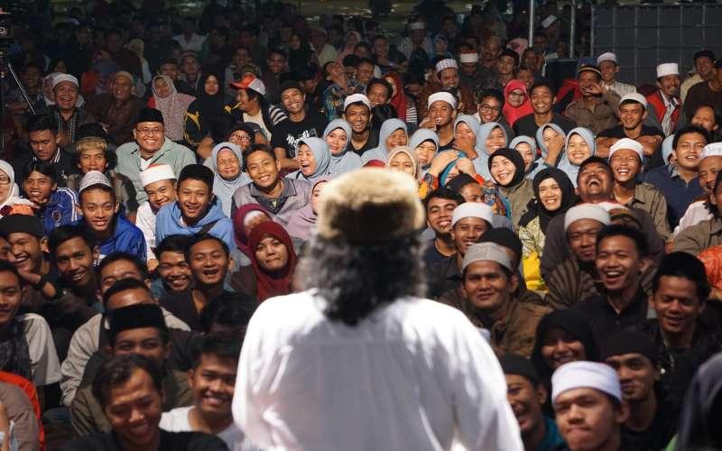 Emha Ainun Nadjib atau Cak Nun memberikan ceramah di hadapan Jamaah Maiyah. - Twitter