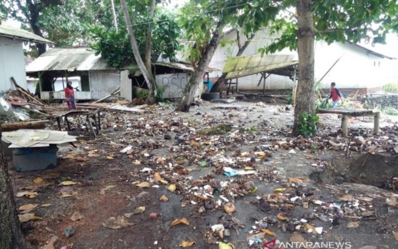 Sejumlah warga membersihkan lingkungan rumahnya setelah dilanda banjir rob di pesisir pantai Kabupaten Tasikmalaya, Jawa Barat - Antara