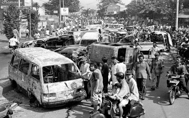 Sekitar 40 buah bangkai mobil milik salah satu showroom mobil di Jl. Ciledug Raya, Tangerang, Jawa Barat, tergeletak di jalan, Jumat (15/5/1998) setelah dibakar massa pada Kamis (14/5/1998) malam. - Antara Foto/Hadiyanto.