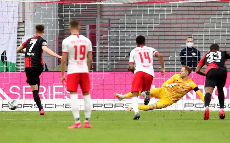 Penyerang Hertha Berlin Krzysztof Piatek (kiri) menjebol gawang RB Leipzig dari titik penalti. - Bundesliga.com
