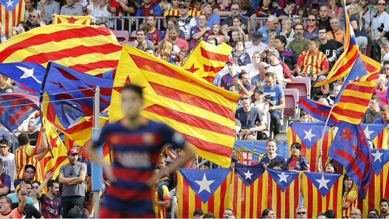 Suporter FC Barcelona, juara bertahan dan pemimpin klasemen sementara La Liga./Reuters - Sergio Perez