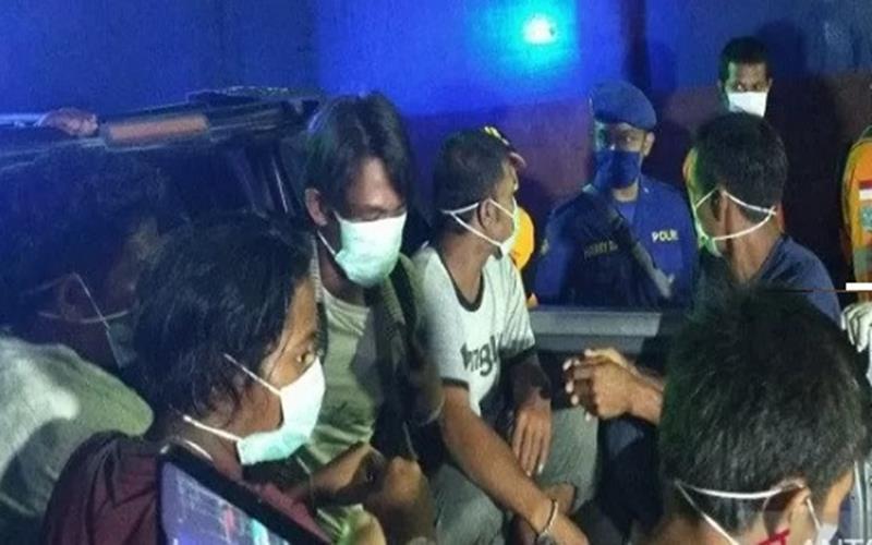 Enam ABK Bunga Rosia yang mengalami musibah tenggelam di perairan Kabaena Kabupaten Bombana, Sultra saat tiba di pelabuhan Murhum Kota Baubau, pada Rabu malam (27/5/2020). - Antara