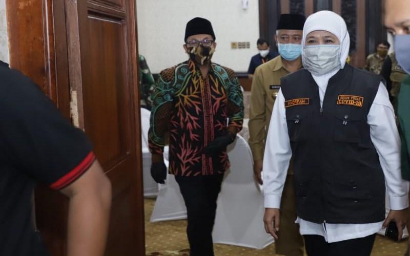 Gubernur Jatim Khofifah Indar Parawansa (dua dari kanan) pada rapat dengan tiga kepala daerah Malang Raya terkait persiapan PSBB di daerah tersebut, di Surabaya, Sabtu (9/5 - 2020). Istimewa