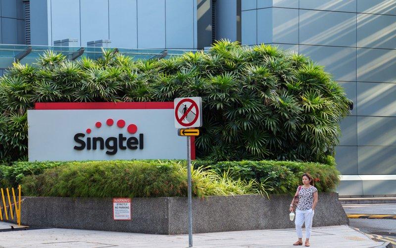 Logo perusahaan telekomunikasi Singtel di kantor pusatnya di Singapura -  Bloomberg