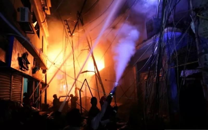 Petugas pemadam mencoba menjinakkan api yang membakar sebuah gudang kimia di Dhaka, Bangladesh, Kamis (21/2). Sebanyak 56 orang meninggal dan diperkirakan masih akan terus bertambah. ANTARA FOTO/REUTERS - Mohammad Ponir Hossain
