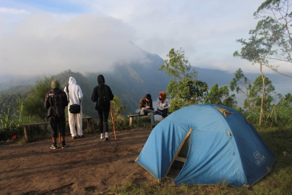Sejumlah wisatawan berkemah di Bukit Bubung Gede dengan mendapatkan pemandangan Gunung Abang pada Selasa (4/6/2019) pagi. - Bisnis/Tim Jelajah Jawa/Bali 2019
