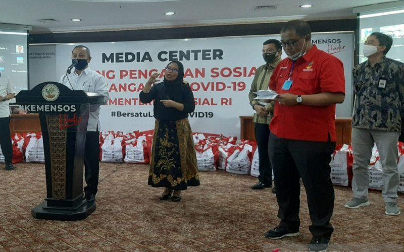 Dirjen PFM Kemensos Asep Sasa Purnama (ujung kiri) dan Sekjen Kemensos Hartono Laras (baju merah) di kantor Kemensos, Jakarta, Kamis (28/5/2020).  - ANTARA/Prisca Triiferna